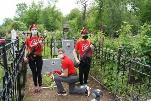 Во время которой юноши и девушки ухаживают за могилами и обелисками участников Великой Отечественной войны.