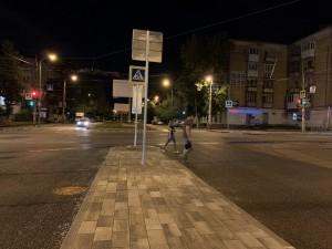 На таких островках пешеходы, переходящие проезжую часть, могут безопасно переждать, пока для них снова не загорится зеленый свет светофора.