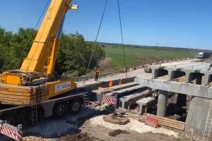 Проектом предусмотрена полная замена и увеличение количества балок с 6-ти до 8-ми, что позволит довести ширину пролета моста с 10-ти до 12-ти метров.