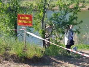 Очевидцы не смогли помочь утопающему и позвонили в службу спасения.