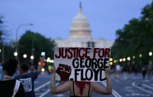 Участники акций протеста вступают в столкновения с полицией и игнорируют приказы властей разойтись.