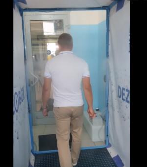 Уникальное устройство представляет собой специальный бокс, проходя через который человек автоматически обрабатывается специальным дезинфицирующим раствором.