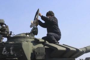 Военные начали перемещать технику на аэродром в Самаре для проведения парадных тренировок. Видео
