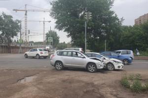 В Самаре столкнулись две Тойоты, пострадала женщина