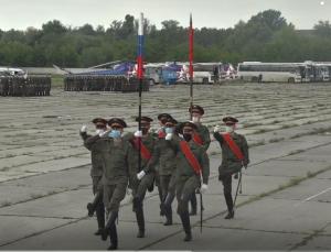 Водители и механики-водители отработали слаженность действий при прохождении военной техники в парадном строю.