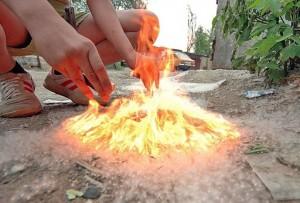 Чтобы избежать пожара, необходимо своевременно очищать территорию от тополиного пуха, предварительно смочив его водой и убрав в мусорный контейнер.