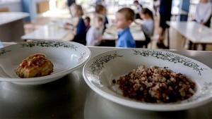 В случае если ребенок находится в школе менее шести часов в первую смену, он должен быть обеспечен завтраком, во вторую смену — обедом.