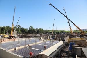 По словам представителя компании подрядчика, строительство первого корпуса ведется с опережением графика.