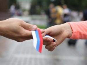 Почти 300 тысяч ленточек в цветах российского флага раздадут на территории губернии за несколько дней