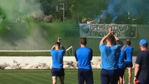 Миодраг Божович остановил занятие, и команда поблагодарила болельщиков.