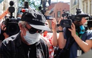Во время перерыва одна из журналисток настойчиво предлагала актеру извиниться на камеру, но по условиям домашнего ареста ему запрещено общаться с прессой.