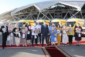 Почетный знак «За служение людям», учрежденный Губернатором по инициативе общественников, получили 15 работников здравоохранения региона.
