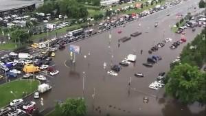 В районе некоторых улиц высота воды достигает метра.