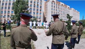 Военные устроили врачам, лечащим ветеранов войн, концерт во дворе госпиталя в Самаре