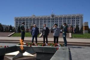 Власти Самарской области возложили цветы к Вечному Огню
