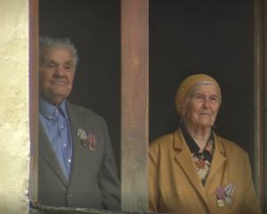 Военнослужащие под окнами ветерана произнесли в честь него трехкратное «Слава», коллективно спели песни.