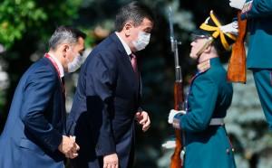 Коронавирус выявили у двух членов делегации киргизского лидера после их прилета в Москву. Теперь президент вернется в Бишкек, где уйдет на самоизоляцию.