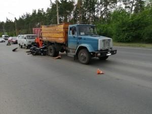 Мотоциклист скончался на месте, рабочего с травмами доставили в больницу.