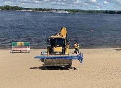 Свежий песок завезли уже более чем на половину пляжных территорий.