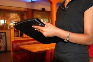 Спрос на официантов в России после снятия карантинных мер вырос вдвое