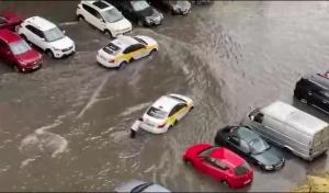 Жители Подмосковья устроили заплыв на тротуаре после ливня