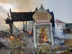 По словам местных жителей, в храм ударила молния.