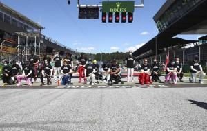 Перед стартом все гонщики облачились в футболки с надписями, призывающими бороться с расизмом.