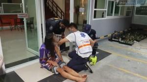 Полицейские планируют проверить записи камер видеонаблюдения жилого комплекса и допросить подозреваемую, когда она оправится от травм.