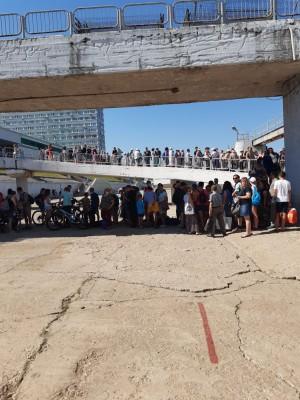 На самарском речвокзале сотни горожан стояли в очереди, чтобы уплыть «за Волгу»