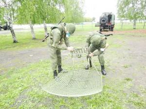 По замыслу, военнослужащие провели радиоразведку и обнаружили сигналы управления беспилотными летательными аппаратами в радиусе 30 км.
