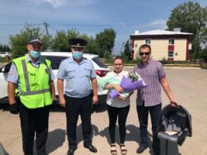 Малышу, родившемуся в День ГАИ-ГИБДД, полицейские в Самарской области подарили автолюльку