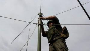 По замыслу, военнослужащие с помощью комплекса «Силок» обнаружили рой ударных беспилотников противника приближающихся к оборонному заводу.