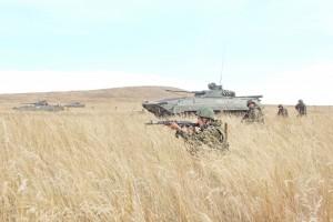 По замыслу учения, расчет беспилотного комплекса «Орлан-10» обнаружил замаскированный лагерь противника в лесном массиве.