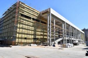 Возведение монолитных конструкций завершено, строители монтируют кровлю и инженерные системы.