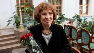 Елена Камбурова — советская и российская певица и актриса. В 1995 году ей было присвоено звание народной артистки России.