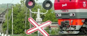 Машинист поезда применил экстренное торможение, но расстояние было недостаточным и столкновения избежать не удалось.