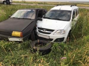В Волжском районе две машины столкнулись и съехали в кювет