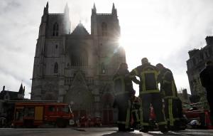 В тушении принимают участие более сотни пожарных и 45 пожарных машин.