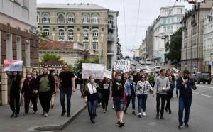 Накануне в Хабаровске прошел митинг, акции также начались в других городах. Днем 19 июля жители Владивостока устроили шествие.