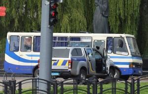 В Луцке (Украина) мужчина захватил автобус и взял пассажиров в заложники. По данным полиции, у преступника при себе оружие и взрывчатка.