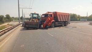 В Самаре на Фрунзенском мосту КАМАЗ протаранил трактор