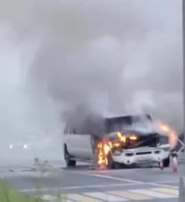 На место немедленно выехали пожарные, сотрудники ДПС перекрыли дорогу. Сообщается, что спасателям удалось ликвидировать возгорание.