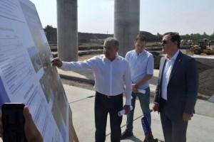 Глава региона проверил, как ведется работа на ключевых развязках в рамках второго этапа строительства, а также планы по полному окончанию работ на подъездах к мосту со стороны улицы Фрунзе.