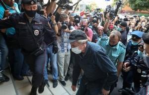 Помимо этого, суд отказал актеру в двухчасовых прогулках, отметил адвокат Добровинский. Он также высказал мнение, что суд может завершиться уже в августе.