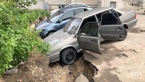 В Самаре на Пятой Просеке под землю ушли машины, припаркованные во дворе