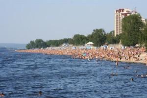 Отдыхающим напоминают, что не соблюдение на пляже принципов социального дистанцирования может способствовать распространению новой коронавирусной инфекции среди жителей области.