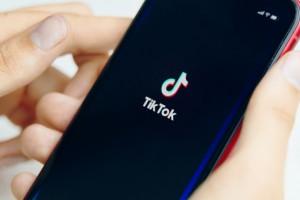 Генеральный менеджер TikTok в США Ванесса Паппас поблагодарила американское сообщество пользователей за поддержку и заявила, что компания намерена остаться в США надолго.