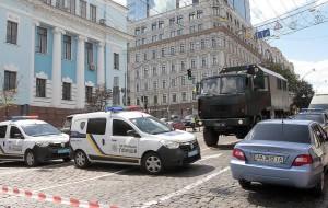 Представитель СБУ сообщил, что у мужчины были с собой составляющие взрывного устройства. В настоящее время на месте работают взрывотехники.