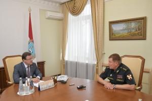 Обсуждалась ситуация в приграничных районах Самарской и Оренбургской областей, связанная с периодическим скоплением у границ иностранных граждан и процессом отправки их на Родину