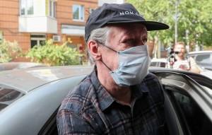 В частности, Владислав Женжебир заявил, что актера выводили с водительского места его машины после ДТП.